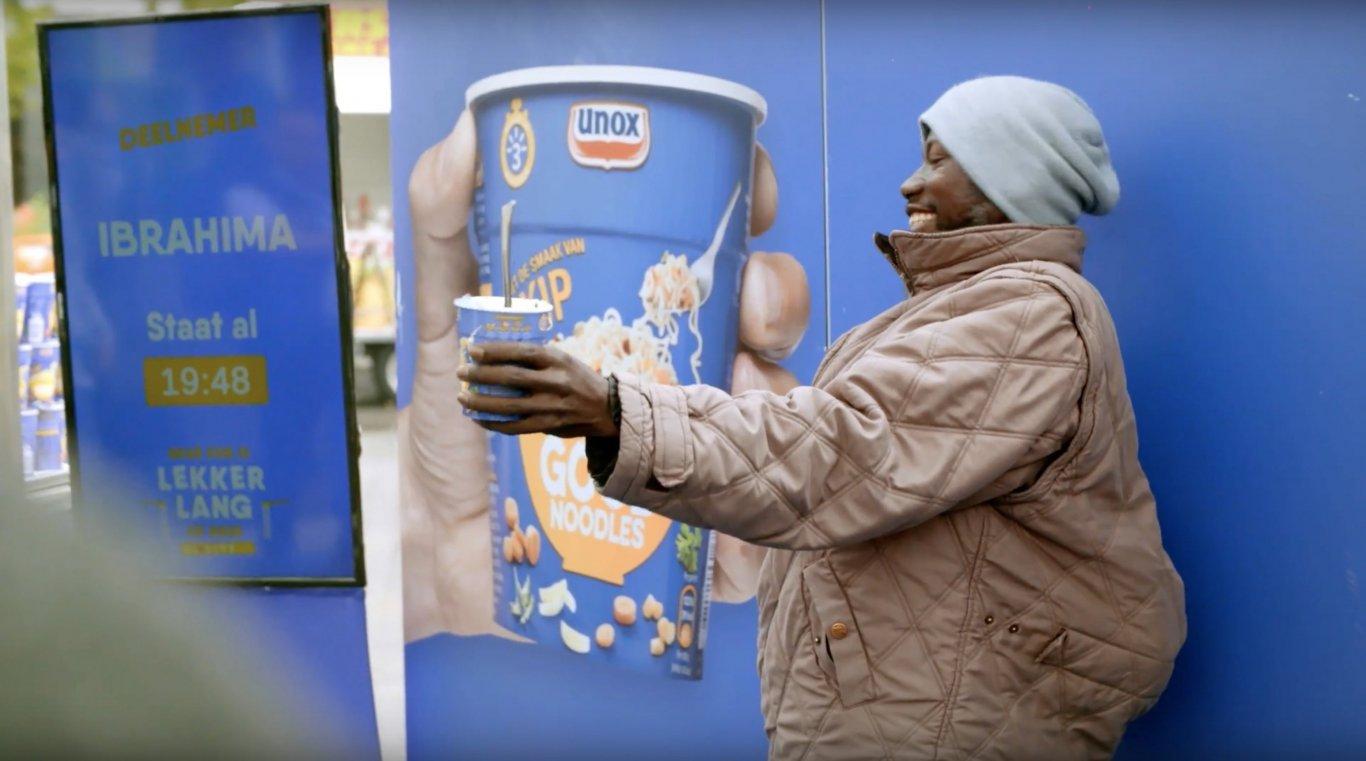 Unox Good Noodles insanları reklam panoları için poz vermeye çağırdı